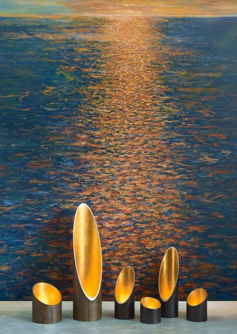 Meer, © 2013 von Arne Hennig. Öl auf Leinwand, 120 x 140 cm. Lichtobjekte >Solua<, © Arne Hennig. Stahl, Feingold. Blattgold.